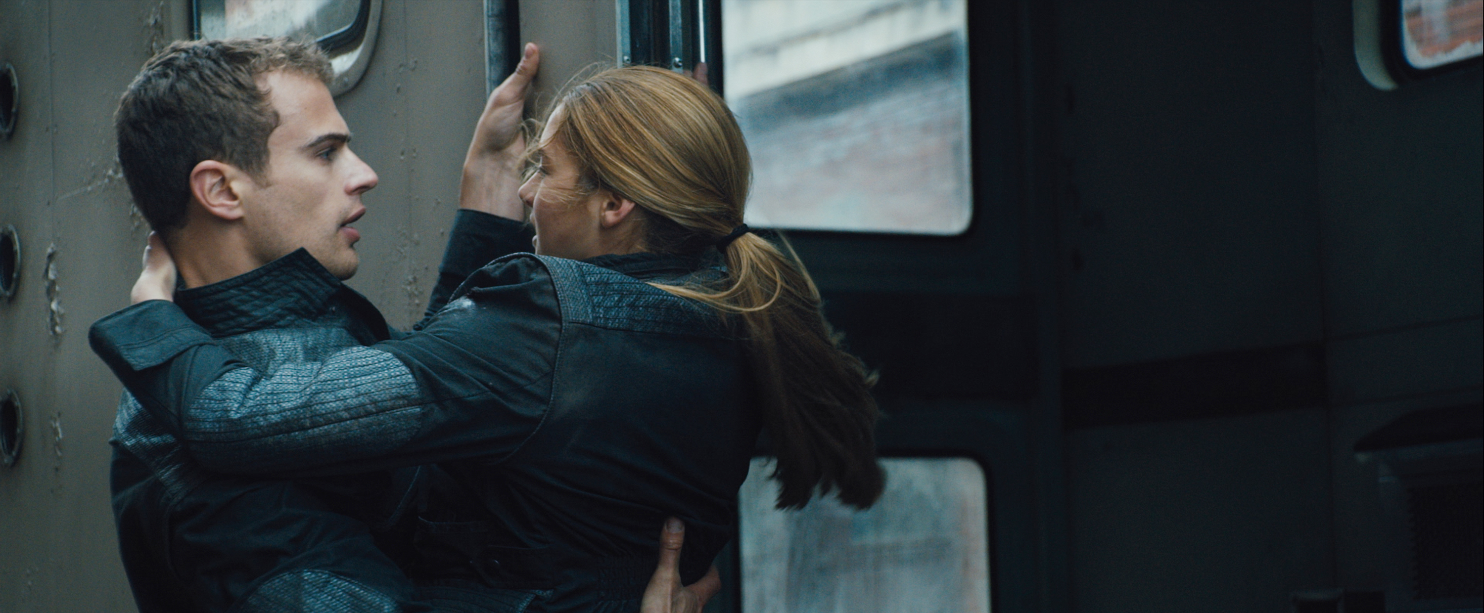 Theo James and Shailene Woodley in Divergent - HeyUGuys